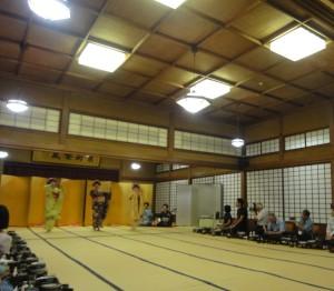 料亭「千歳館」の大広間でお座敷体験。芸妓の三味線と唄で舞子が踊る(2014年8月)