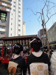 新春の舞 梯子乗りを見る芸者衆