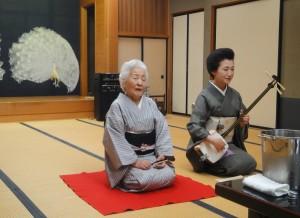 「幸楼」で唄う艶子さん(2014年6月) 八王子芸者めぐみさんの三味線で