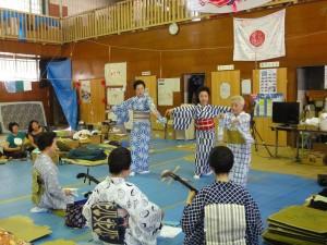 7月。避難所で八王子の芸者衆に釜石浜唄を教える艶子さん