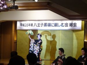 『松づくし』を踊るくるみさん(2016.5.11「八王子黒塀に親しむ会」総会にて)