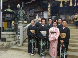 お披露目に先駆け、4月27日に高尾山薬王院(八王子市)に、ゆき乃恵の芸者衆と共に参拝。