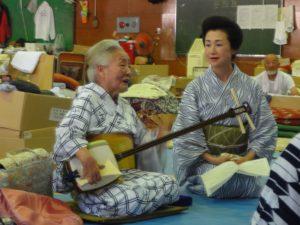 2011年7月 避難所で「釜石浜唄」を八王子芸者衆に伝授する艶子さん