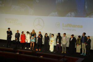 上映後舞台に上がった関係者たち。着物姿の女性が、ユキ役を演じた八王子芸者の菜乃佳さん。